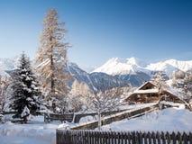 Schönes schneebedecktes Bergdorf im Engadin Lizenzfreies Stockbild