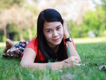 Schönes Schreiben der jungen Frau Stockfotografie