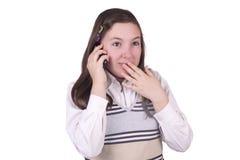 Schönes Schulmädchen, das am Handy spricht Stockbilder