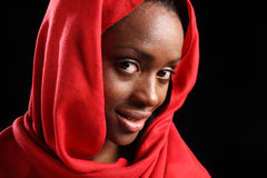 Schönes schwarzes Mädchen im Kopftuch mit glücklichem Lächeln Lizenzfreies Stockfoto