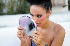 Schönes schwarzes Mädchen mit Spiegel stockbilder