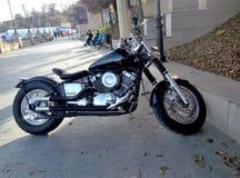 Schönes schwarzes Motorrad mit Chromdetails Stockfoto