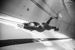 Schönes Schwarzweiss-Bild von Freediver tuend dynamisch mit stockfotos
