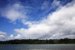 Schönes seaview mit einem reizenden bewölkten Himmel Stockbild