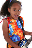 Schönes sechs Einjahresmädchen mit blauer elektrischer Gitarre über Weiß Stockfotos