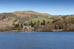 Schönes Seeuferdorf aufgestellt auf der Bank von See Windermere im szenischer See-Bezirks-Nationalpark, England, Großbritannien stockfotos