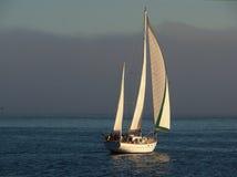 Schönes Segelboot kreuzende 2 Stockbild