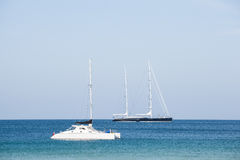 Schönes Segelschiff in dem Meer Lizenzfreie Stockbilder