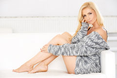 Schönes sexy blondes auf einem Sofa Lizenzfreies Stockfoto