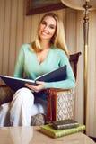 Schönes sexy blondes Geschäftsfrau-Lesebuch entspannen sich Lizenzfreies Stockfoto