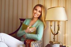 Schönes sexy blondes Geschäftsfrau-Lesebuch entspannen sich Stockbilder