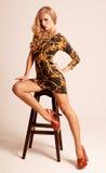 Schönes sexy blondes mit den langen Beinen Lizenzfreie Stockfotografie