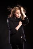 Schönes sexy blondes Modell, das in Mode Art auf schwarzem BAC aufwirft Stockfotografie