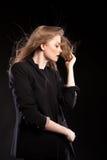 Schönes sexy blondes Modell, das in Mode Art auf schwarzem BAC aufwirft Lizenzfreie Stockfotografie