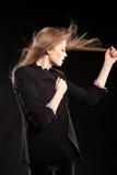 Schönes sexy blondes Modell, das in Mode Art auf schwarzem BAC aufwirft Stockbild