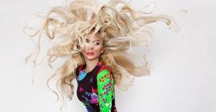 Schönes sexy blondes Modell mit erstaunlichen Augen, des Winds langes Volumenhaar unten mit Höhepunkten Lizenzfreie Stockbilder