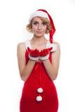Schönes sexy blondes weibliches Modell gekleidet als Santa Claus in einem r Stockbilder