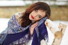 Schönes sexy Brunettemädchen in einem blauen Schal im Winter auf a Stockbild