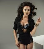 Schönes sexy Brunettemodell mit dem reizenden gewellten langen Haar Lizenzfreie Stockfotografie
