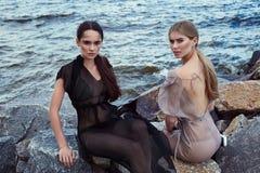Schönes sexy Frauenmode-modell blond und Brunette Stockfotografie