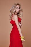 Schönes sexy junges blondes Haar der Geschäftsfrau des Porträts mit Vorabend Lizenzfreies Stockfoto