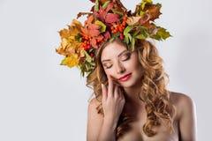 Schönes Mädchen der Porträtmalereiart-Mode mit rotem Haarfall mit einem Kranz des farbigen Blatt- und Ebereschenfarbehellen  Lizenzfreie Stockfotos