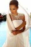 Schönes sexy Mädchen mit dem blonden Haar im eleganten Hochzeitskleid stockbilder