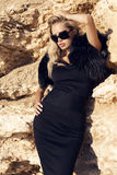 Schönes Mädchen mit dem blonden Haar im eleganten Kleid und in der Sonnenbrille Stockbild