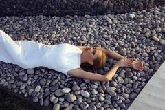Schönes sexy Mädchen mit dem blonden Haar im eleganten weißen Kleid stockbild