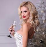 Schönes sexy Mädchen mit dem blonden Haar trägt luxuriöses Kleid, holdin Stockfoto