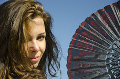 Schönes sexy Mädchen mit spanischem faltendem Gebläse lizenzfreie stockfotos
