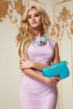 Schönes sexy Rosa-Abendkleid des blonden Haares der Frau acsessory Lizenzfreie Stockfotografie
