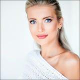Schönes sexy sinnliches blondes Mädchen in einer weißen Jacke im Studio, Stockfotos