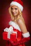 Schönes sexy Weihnachtsmann-Mädchen mit Geschenkbox Stockbilder