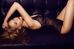 Schönes sinnliches Mädchen mit dem langen dunklen Haar, das luxuriöse Spitzewäsche trägt, Lizenzfreies Stockbild
