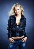Schönes sinnliches sexy blondes Mädchen mit blauen Augen in einem Leder J Stockfoto