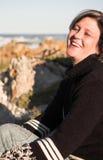Schönes Sitzen der erwachsenen Frau lizenzfreies stockfoto