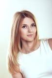 Schönes smilinge blondes Porträt der jungen Frau Zaubers Lizenzfreie Stockfotografie