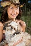 Schönes Sommermädchen mit ihrem Hund Stockfotos