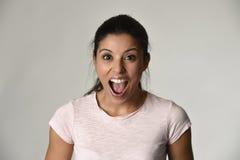 Schönes Spanisch überraschte die Frau, die im Schock und in Überraschung glücklich und aufgeregt sind überrascht wurde lizenzfreie stockbilder