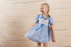 Schönes spielerisches kleines Mädchen mit einem glücklichen Lächeln Lizenzfreies Stockbild