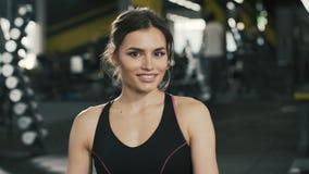 Schönes sportives Mädchen am Turnhallenhintergrund stock video