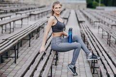 Schönes sportliches Mädchen stockfoto