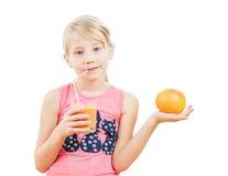 Schönes sportliches Mädchen mit vegetarischer Lebensmittelpampelmuse Lizenzfreie Stockbilder
