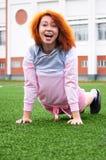 Schönes sportliches rothaariges Mädchenlachen und -witze während des Sports Stockfoto