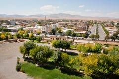 Schönes städtisches persisches Stadtbild mit Bergen Stockfotografie