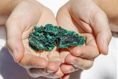 Schönes Stück Malachit in den Händen Lizenzfreies Stockfoto