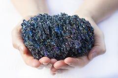 Schönes Stück moissanite in den Händen Stockbilder