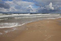 Schönes stürmisches Meer mit Wolken Lizenzfreie Stockfotos