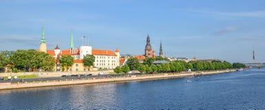 Schönes Stadtbild des frühen Morgens der alten Stadt von Riga-, St- Peter` s Kirchturm- und Daugavafluß, Lettland Stockbild